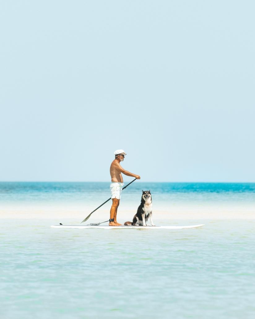Hombre mayor haciendo padel surf