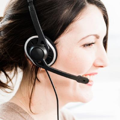 Mujer hablando por telefono